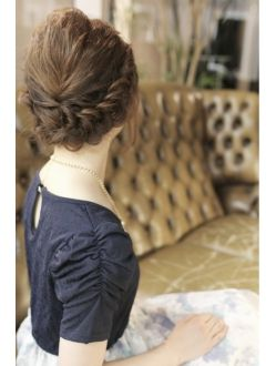 ボブヘアでも出来る可愛らしい編み込みスタイルですね。