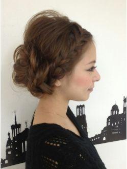 出典:https//jp.pinterest.com/pin/461478293043750683/ ⑤ 前髪 やおくれ毛を出さず、全て編み込みに入れ込んでスッキリした、シニヨン風のヘアアレンジです。