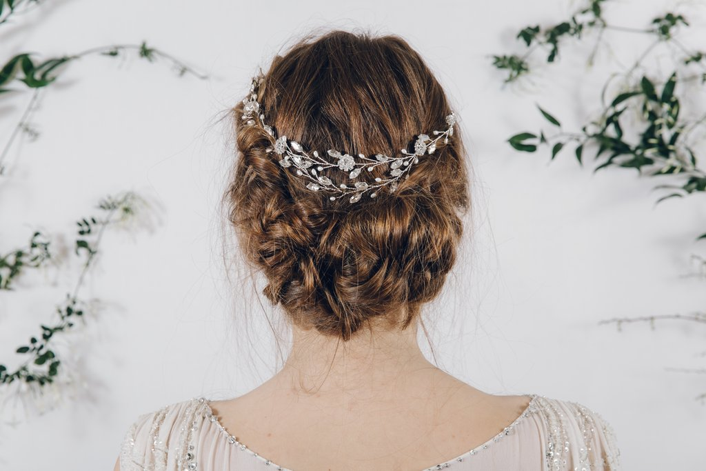 結婚式におすすめ】バックカチューシャが似合うヘアアレンジ20選